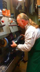 Schuhmacher Thorsten Schmitt bei der Reparatur von Schuhen